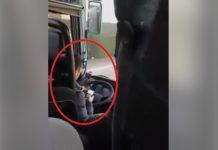 شاهد سائق حافلة ركاب مستهتر بحياة الراكبين، يتصفح الويب بهاتفه النقال أثناء سياقته!!