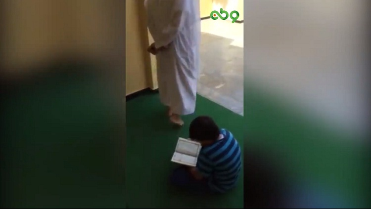 هكذا يجب أن يكون أبناؤنا.. شاهد قراءة رائعة لطفل يردد وراء والده القرآن في المسجد