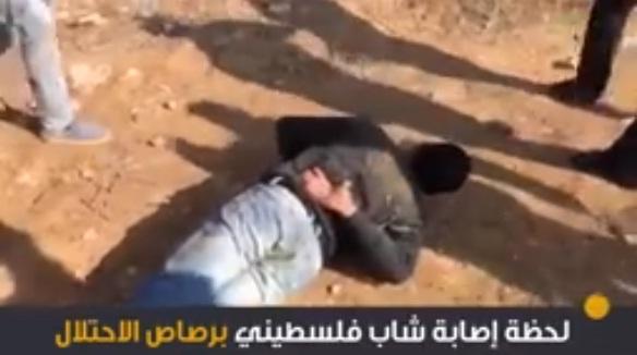 """شاهد لحظة إصابة الشهيد الفلسطيني """"محمود المصري"""" برصاص الاحتلال الصهيوني بخان يونس"""