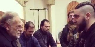 إسباني مسلم يُلقن الشهادة لمسلم إسباني جديد بمسجد بإشبيلية بإسبانيا