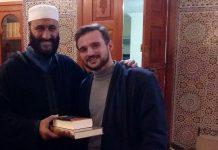 فيديو.. إعلان شاب فرنسي إسلامه على يد الشيخ عبد العزيز الكرعاني