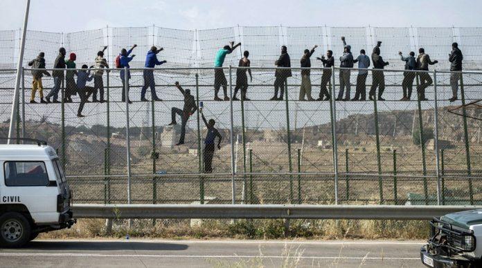 إحباط محاولة 60 مهاجرا اقتحام مركز حدودي شمالي المغرب