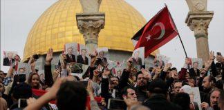 متظاهرون في المسجد الأقصى يرفعون صور الرئيس أردوغان