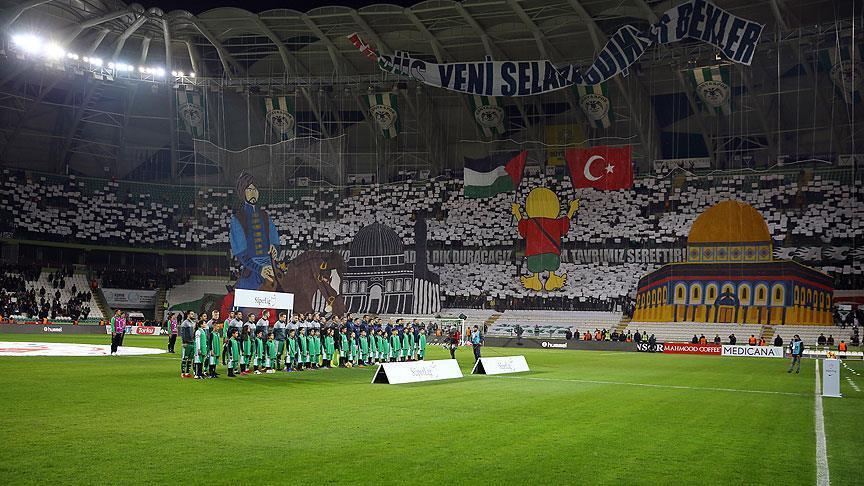 """بالصور.. على ملعب """"قونية سبور"""" التركي.. """"صلاح الدين"""" يمتطي جواده مدافعًا عن القدس"""
