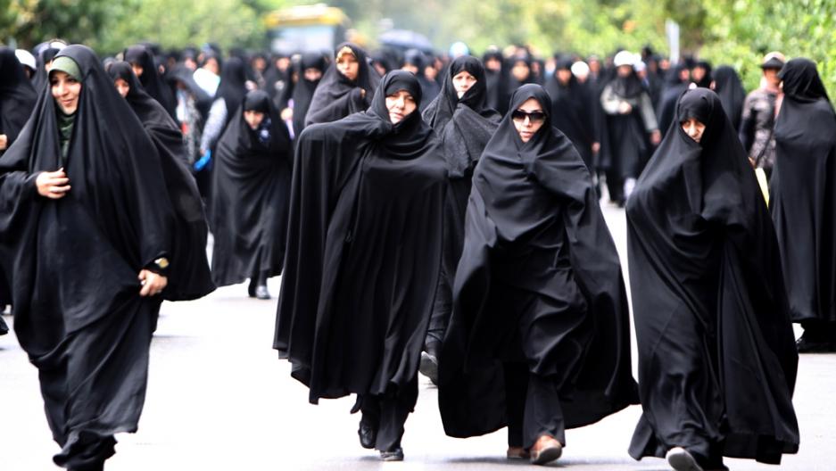 ناشطات إيرانيات يخلعن الحجاب احتجاجاً على قانون فرض ارتدائه