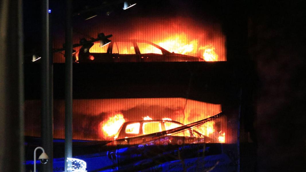 النيران تلتهم حوالي 1400 سيارة في بريطانيا