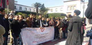 بالصور.. الأساتذة المتدربون يطالبون من أمام البرلمان بتوظيف زملائهم المرسبين، وبتسوية وضعيتهم الإدارية