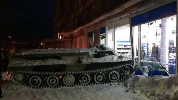 فيديو.. مخمور يسرق دبابة بروسيا للسطو على أحد المتاجر