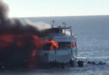 """فيديو.. حريق هائل يلتهم """"كازينو عائم"""" على شاطئ فلوريدا كان بداخله 50 شخصا"""