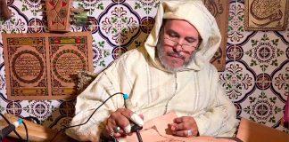 بالصور.. مغربي مُقعد يخط القرآن على جلد ماعز