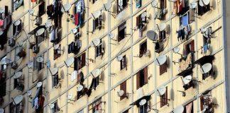 فيديو.. منع وضع أجهزة الاستقبال (برابول) على واجهات البنايات السكنية أو شرفاتها