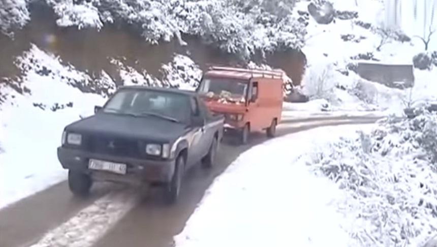 فيديو.. جبال الريف تتشح ببياض الثلج.. فرحة الأطفال وحسرة الكبار بسبب انقطاع الطرق