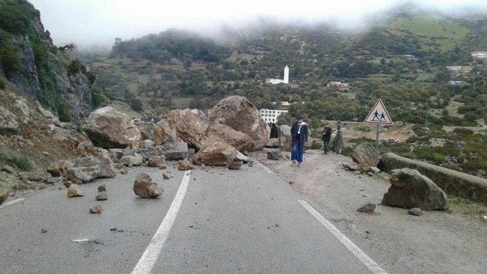 فيديو.. حجارة ضخمة تزن أطنانا تسقط وسط الطريق الوطنية بين الحسيمة وتطوان