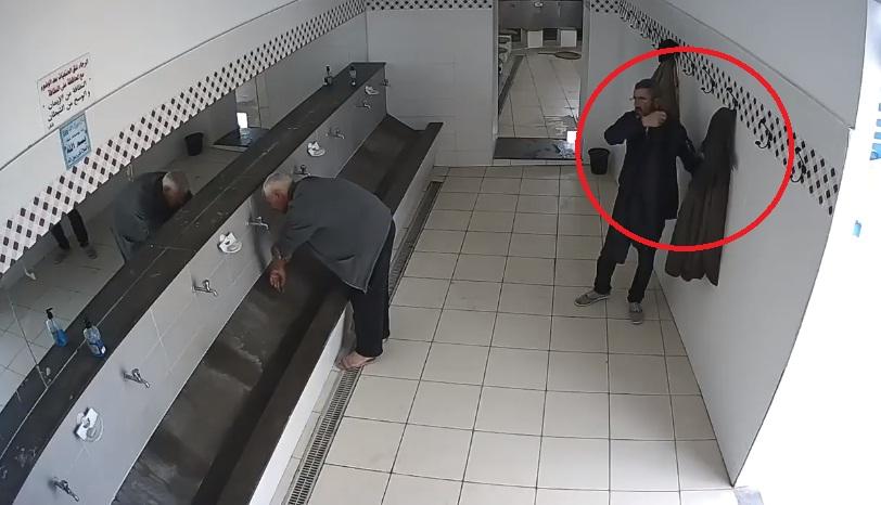 فيديو.. تحذير من هذا السارق الذي يستهدف ضحاياه بأماكن الوضوء بالمساجد