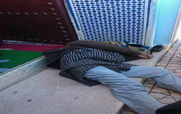 متشرد بسلا مات فجرا بباب المسجد ولم يكتشف الناس ذلك إلا بعد الظهر