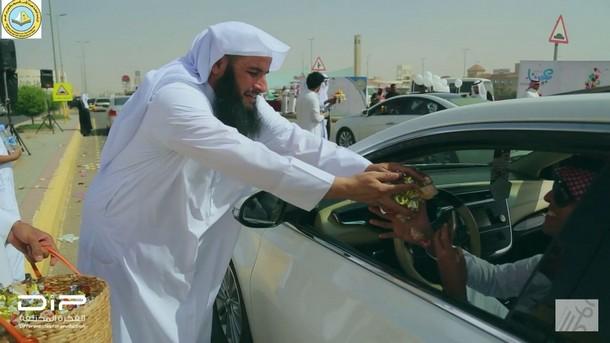 """هذه حقيقة صور هيئة الأمر بالمعروف في السعودية توزع ورودا بمناسبة """"عيد الحب""""!!"""