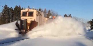 مقطع ممتع.. شاهد قطارات كاسحة للثلوج