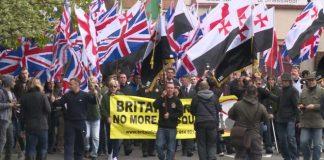 """""""أحب مسلما"""" شعار يقابل """"عاقب مسلما"""" في بريطانيا"""