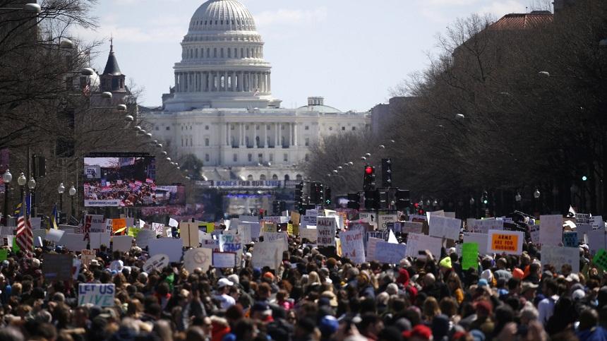 الآلاف المتظاهرين أمام البيت الأبيض احتجاجا على سياسات ترامب للهجرة