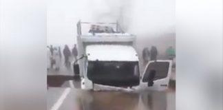 شاهد ماذا حصل لهذه الشاحنة بعد انجراف الطريق.. من يتحمل المسؤولية؟!