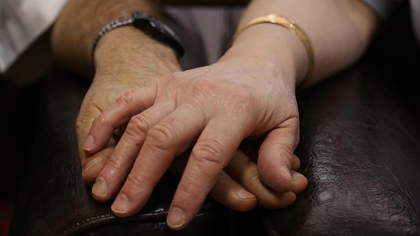 تشابك الأيدي بين الأزواج يخفف الألم الجسدي