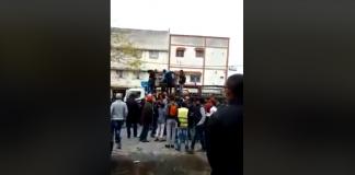 (فيديو) لصوص ينهبون شاحنة لقنينات الغاز بالرباط في واضحة النهار وعلى مرأى الساكنة