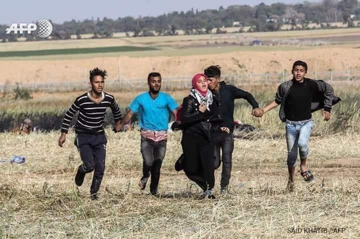 أربعة رجال كونوا درعا لأختهم الغزاوية حتى لا يصبهم رصاص الصهاينة