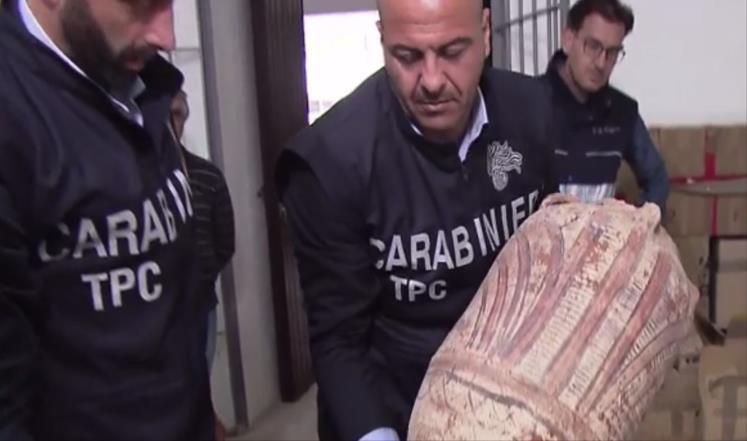 تهريب آثار مصرية إلى إيطاليا بحاوية دبلوماسية