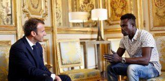 فيديو مهاجر غير شرعي بفرنسا يتسلق عمارة لإنقاذ طفل وماكرون يستقبله ويمنحه الجنسية