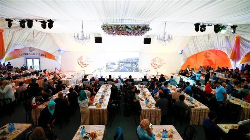 مئات الصائمين يفطرون بخيمة رمضانية وسط موسكو