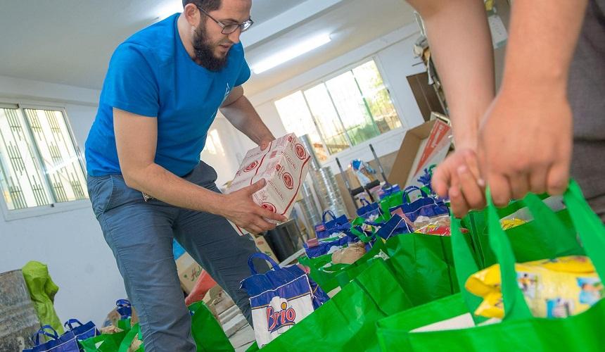 """مؤسسة عطاء الخيرية توزع 130 قفة رمضانية في المرحلة الأولى من مشروع """"قفة عطاء"""""""