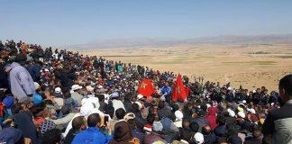 (فيديو) آلاف الناس يحجون لأحد الجبال هذا الصباح ويصلون صلاة جماعية بعد تنبؤات بوجود كنز عظيم