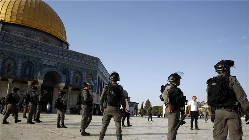 جنود الاحتلال الصهيوني يغلقون جميع أبواب الأقصى ويعتدون على المصلين بالضرب