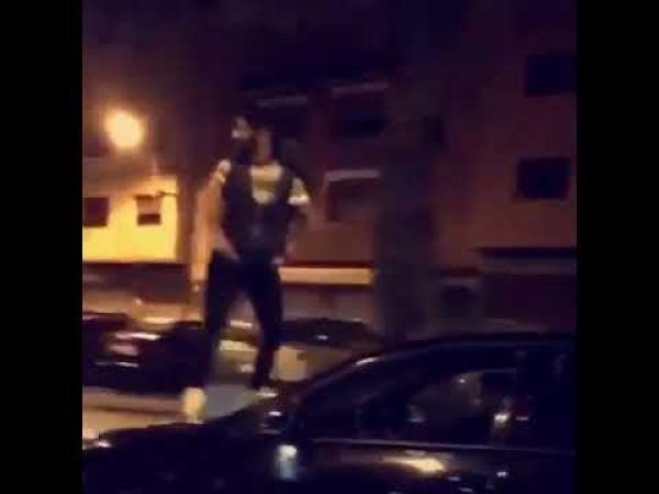 """""""ولد الفشوش"""" صعد فوق سيارته وهي تسير بأحد شوارع البيضاء"""