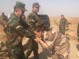 مليكة مزان تقبل أيادي مقاتلي البيشمركة وتعرض خدماتها الجنسية عليهم