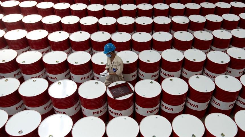 أسعار النفط تزيد 2.5 دولارا بعد معلومات عن استهداف ناقلتي نفط