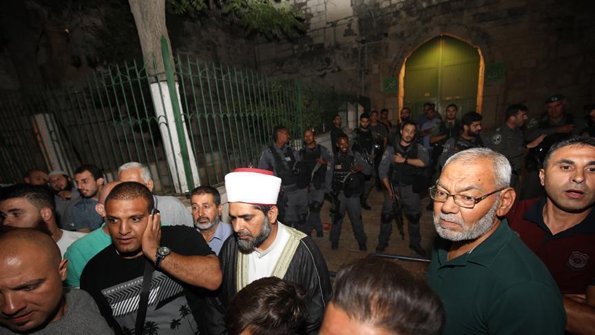 """يعتصم عشرات الفلسطينيين أمام باب الأسباط أحد بوابات المسجد الأقصى، منذ صلاة مغرب اليوم الجمعة، احتجاجًا على إغلاق الشرطة الإسرائيلية المسجد، بحسب شهود عيان. وقال الشهود للأناضول إن المصلين لم يؤدوا صلاة العشاء عند باب الأسباط على غرار صلاة المغرب، وأصروا على الدخول للمسجد، لكن الشرطة لم تسمح لهم بالدخول. ولم يستطع الصلاة داخل المسجد الأقصى، سوى موظفي دائرة الأوقاف الإسلامية (تابعة لوزارة الأوقاف الأردنية). وأدى عشرات الفلسطينيين في وقت سابق اليوم، صلاة المغرب، أمام باب الأسباط، أحد بوابات المسجد الأقصى، بعد أن أغلقت الشرطة الإسرائيلية المسجد. وأغلقت الشرطة الإسرائيلية بوابات المسجد بعد إطلاقها النار، عصر اليوم، تجاه شاب فلسطيني، بزعم محاولته تنفيذ عملية طعن ضد أفراد من الشرطة. وقالت الشرطة، في بيان نقلته وسائل إعلام إسرائيلية بينها صحيفة """"يديعوت أحرونوت"""" والقناة العاشرة، إنها أطلقت النار على شاب بدعوى محاولته تنفيذ عملية طعن ضد اثنين من أفراد الشرطة داخل البلدة القديمة بمدينة القدس المحتلة، ما أدى لـ """"مقتله"""" على الفور. وقالت صحيفة """"هآرتس"""" العبرية، إن الشهيد (لم تذكر اسمه) من مدينة أم الفحم العربية في إسرائيل (30 عامًا)، يحمل الهوية الإسرائلية، وليس له ماض جنائي. كما ذكر الشهود أن الشرطة طردت عقب الحادث، عددًا كبيرًا من الفلسطينيين المتواجدين في أسواق البلدة القديمة، وأغلقت محالا تجارية قريبة من موقع الحادث."""
