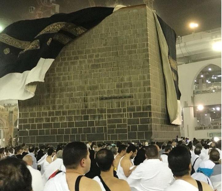 بالفيديو والصور.. رياح شديدة في مكة، أزاحت ستار الكعبة وكشفت بنيانها