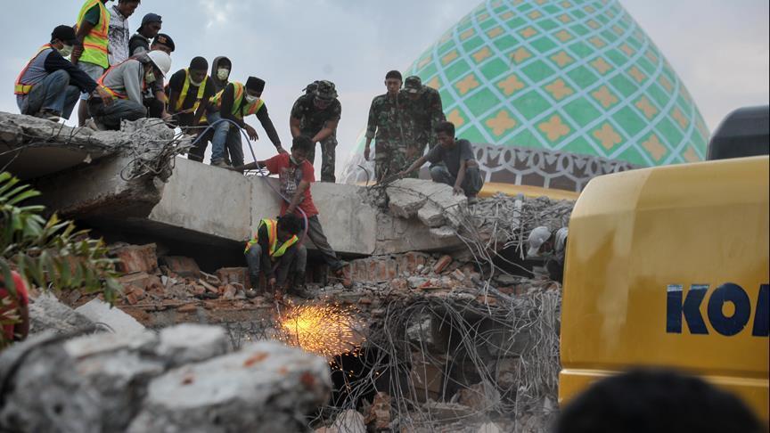 ارتفاع حصيلة زلازل إندونيسيا إلى 563 قتيلا