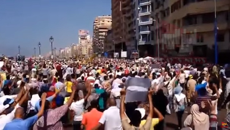 """فيديو.. مظاهرات مفاجئة بعد صلاة الجمعة ويهتفون """"ارحل يا سيسي انت مش رئيسي"""" والشرطة تتدخل سريعا!!"""