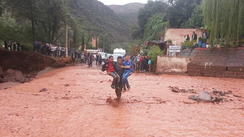 صور معبرة.. شباب يعبرون بالتلاميذ سيلا مائيا جارفا خوفا على حياتهم بمنطقة أولماس
