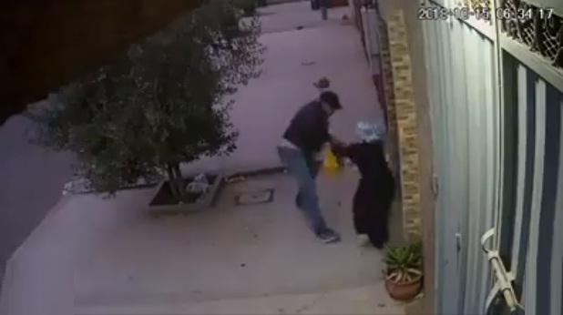 فيديو.. سرقة واعتداء على امرأة بالعطاوية وأمام منزلها بكل جرأة وثقة في النفس
