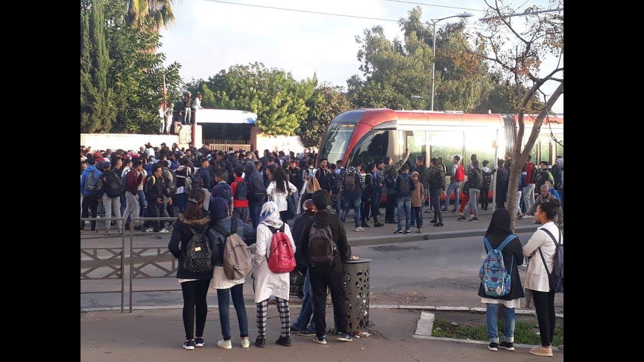 تلاميذ يشلون حركة الطاكسيات والترامواي بالدار البيضاء احتجاجا على التوقيت المشؤوم