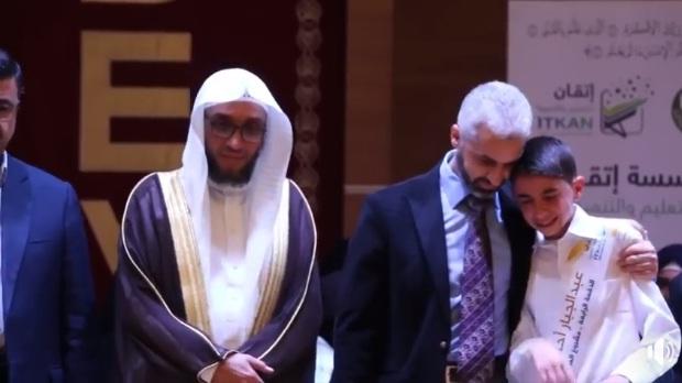 فيديو مؤثر.. موت أب الطالب عبد الجبار بساعات فقط قبل حفل تكريم ابنه بعد ذلك ختمه للقرآن الكريم كاملا