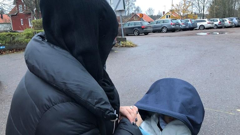 فتاة عربية تتعرض لاعتداد كراهية مع ابنها الرضيع في وضح النهار في مدينة أوبسالا السويدية