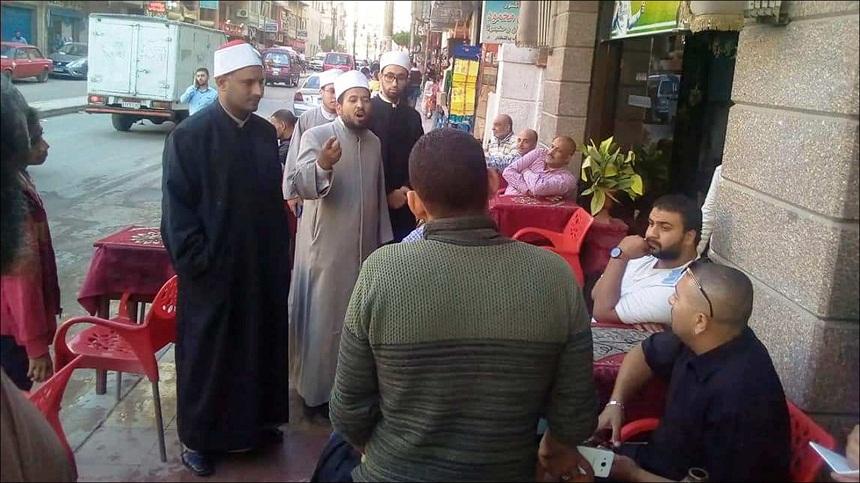 مبادرة دعوية بمصر.. رواد المقاهي يستقبلون وعاظ الأزهر بدهشة وارتياب وترحاب