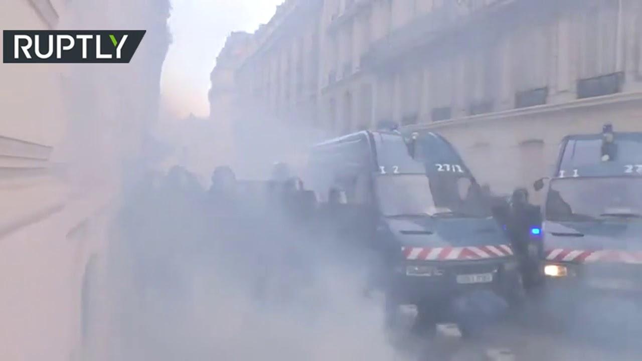 وزير داخلية فرنسا يعارض حظر الغاز المسيل للدموع