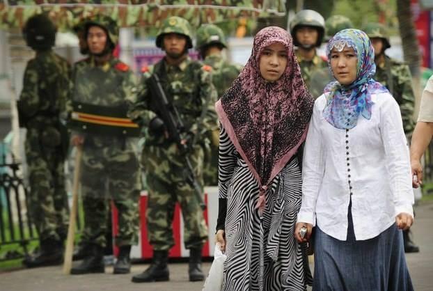 """صحيفة آي: الصين ترغم نساء الإيغور على """"النوم"""" مع المراقبين الحكوميين"""