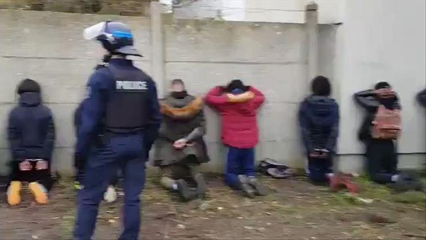 تحقيق رسمي في واقعة إهانة الشرطة الفرنسية لطلاب محتجين