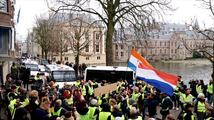 """هولندا.. """"السترات الصفراء"""" تطالب باستقالة الحكومة"""